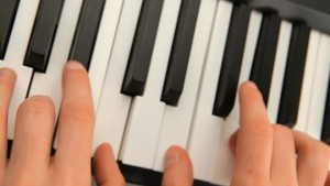 253465127-clavier-instrument-de-musique-keyboard-talent-touche-objet